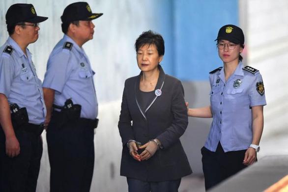 Tòa Hàn Quốc y án 20 năm tù cho cựu tổng thống Park Geun Hye vì nhận hối lộ - Ảnh 1.