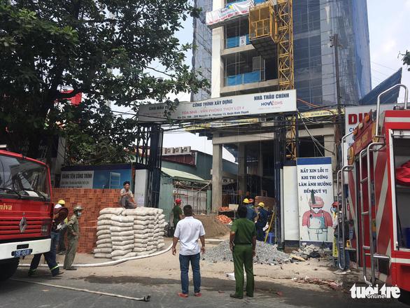 Cứu 3 người trong đám cháy công trình đang xây dựng - Ảnh 1.