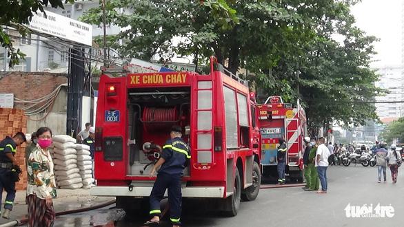 Cứu 3 người trong đám cháy công trình đang xây dựng - Ảnh 2.