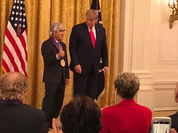 Nhiếp ảnh gia gốc Việt Nick Út được ông Trump trao Huân chương nghệ thuật - Ảnh 1.