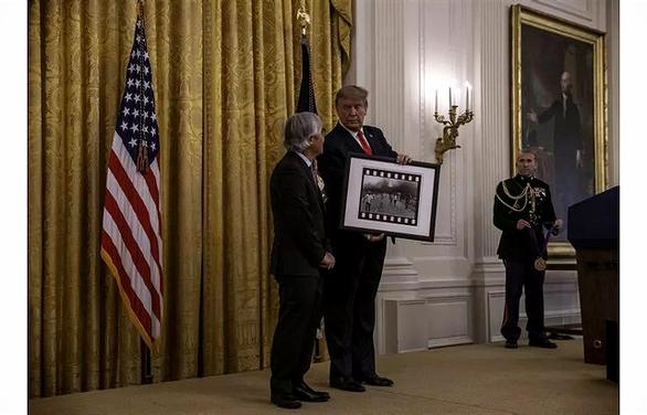 Nhiếp ảnh gia Nick Ut tiết lộ hậu trường chuyện ông Trump tặng huân chương - Ảnh 1.