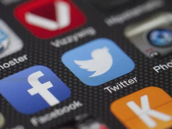 Facebook và Twitter bốc hơi hơn 51 tỉ USD giá trị vốn hóa vì cấm cửa ông Trump - Ảnh 1.