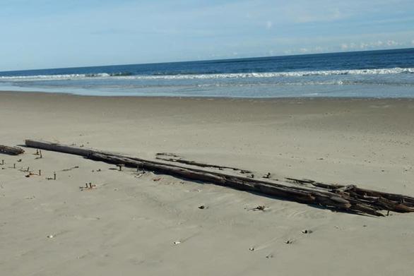 Tàu đắm trăm năm bất ngờ 'trồi' lên bãi biển - Ảnh 3.