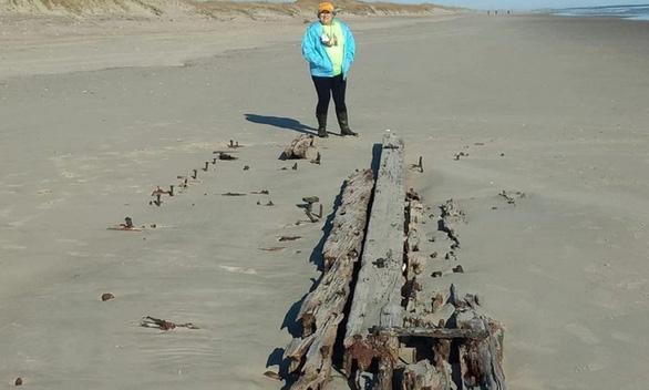 Tàu đắm trăm năm bất ngờ 'trồi' lên bãi biển - Ảnh 1.