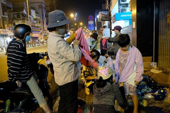 Đêm Sài Gòn 19 độ của 5 nữ sinh 18 tuổi đi 3 xe máy - Ảnh 2.