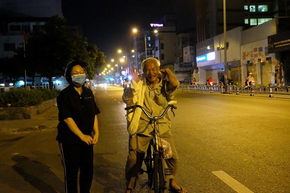 Đêm Sài Gòn 19 độ của 5 nữ sinh 18 tuổi đi 3 xe máy - Ảnh 3.