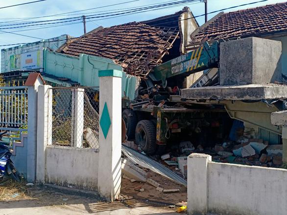 Xe cẩu mất lái tông sập nhà dân ven quốc lộ 1 - Ảnh 1.