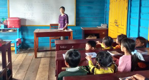 Cô giáo 18 tuổi dạy hơn 80 học trò Việt trên Biển Hồ - Ảnh 1.