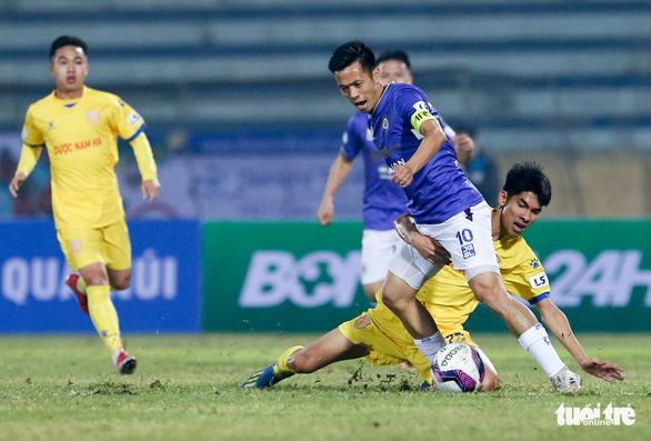 Hà Nội FC thua đau ở Nam Định vì mặt sân bị tưới nước ướt đẫm? - Ảnh 1.