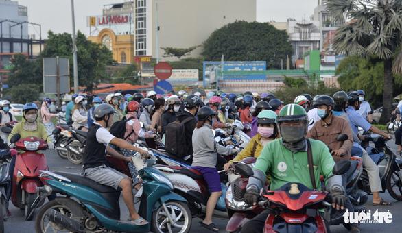 Thu phí đường Nguyễn Văn Linh để duy tu đường, nhưng đường cứ hư hỏng - Ảnh 1.