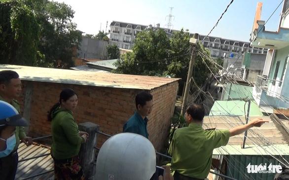 Đàn khỉ đại náo khu dân cư: Đã gây mê, đưa về trạm cứu hộ 2 con khỉ - Ảnh 1.