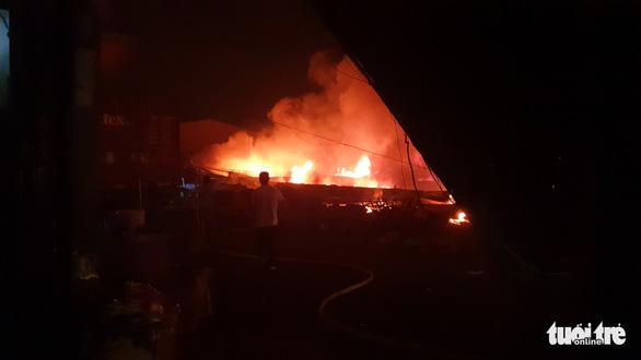Cháy lớn tại công ty giày da ở quận Bình Tân - Ảnh 1.