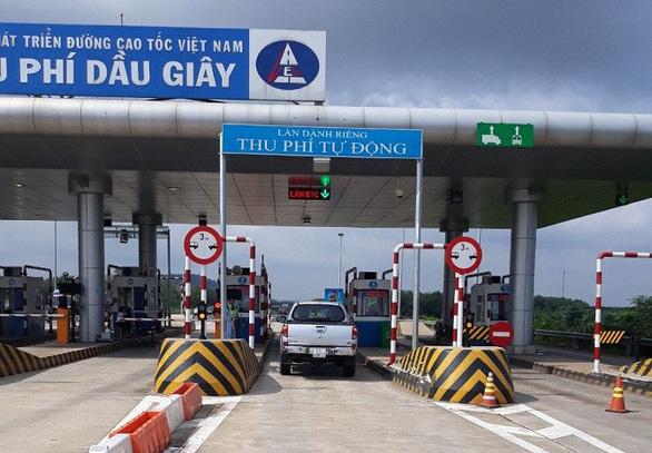 Vì sao có thu phí ETC, đường cao tốc vẫn bắt xe dán thẻ Etag, ePass trả tiền mặt? - Ảnh 1.