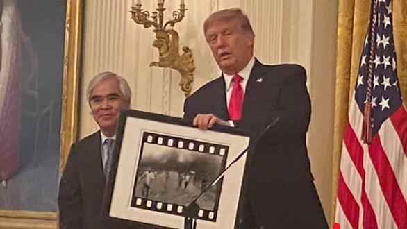 Nick Út bị tấn công, máy ảnh bị đập nát sau khi nhận huân chương ông Trump trao? - Ảnh 2.