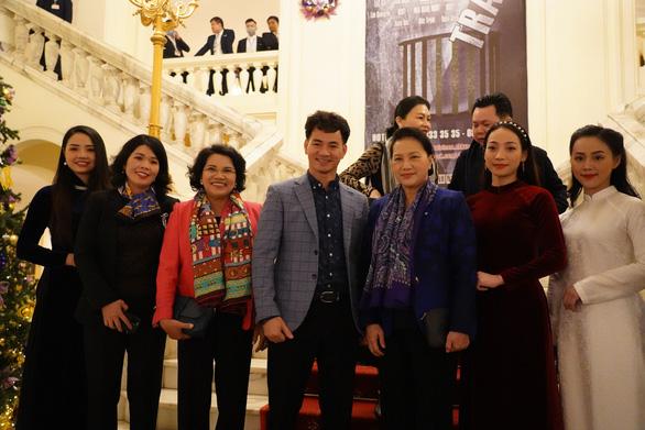 Chủ tịch Quốc hội xem kịch Bác Hồ xử án tham nhũng do Xuân Bắc đạo diễn - Ảnh 2.