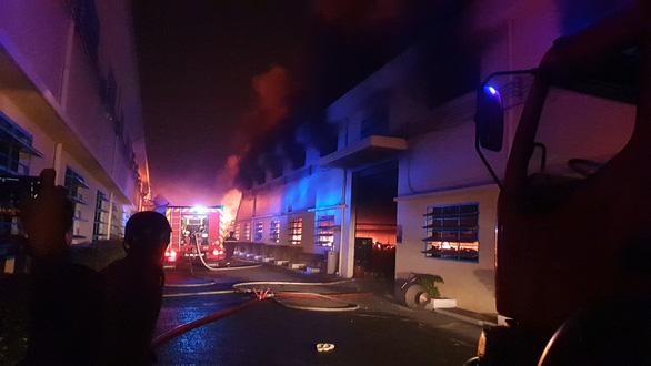 Cháy lớn tại công ty giày da ở quận Bình Tân - Ảnh 4.