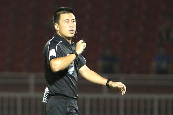 Sân Vinh: Trọng tài Hoàng Ngọc Hà là 'ngôi sao' trận SLNA - Bình Định - Ảnh 1.