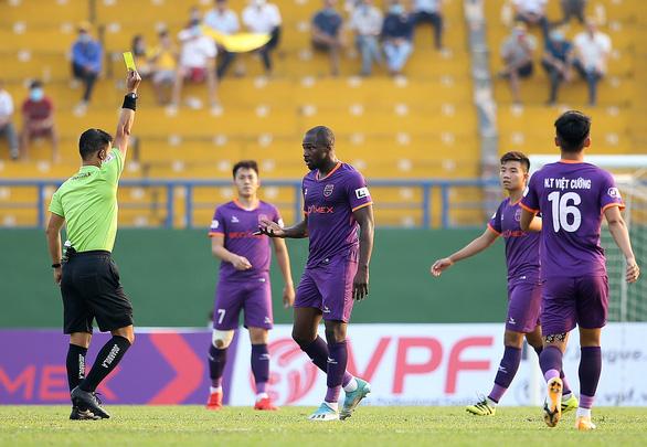 HLV Phan Thanh Hùng: Trọng tài cười nhiều hơn sẽ giúp trận đấu bớt căng thẳng - Ảnh 2.