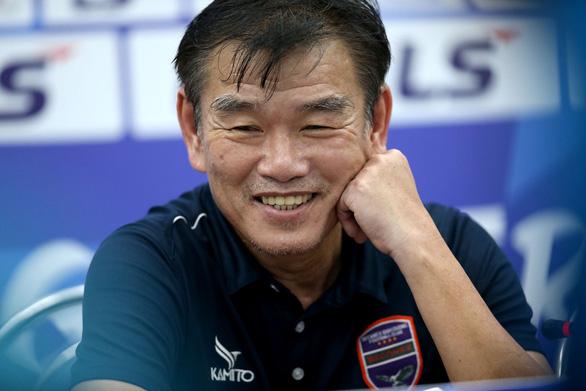 HLV Phan Thanh Hùng: Trọng tài cười nhiều hơn sẽ giúp trận đấu bớt căng thẳng - Ảnh 1.