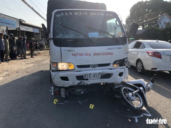 Tài xế ngủ gật lao xe tải vào lề đường trước cổng trường, 5 học sinh bị thương - Ảnh 1.