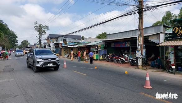 Tài xế ngủ gật lao xe tải vào lề đường trước cổng trường, 5 học sinh bị thương - Ảnh 2.