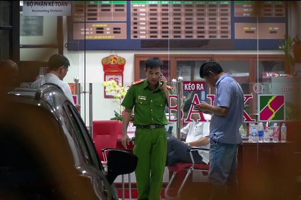 Truy tố thanh niên cầm lựu đạn giả cướp Agribank Đồng Nai - Ảnh 2.