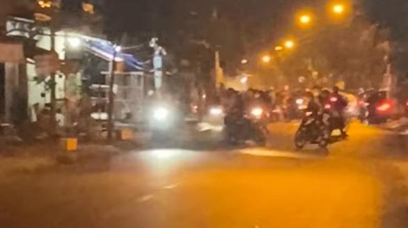 Cảnh sát nổ súng trấn áp nhóm quái xế trên đường Phạm Thế Hiển - Ảnh 1.