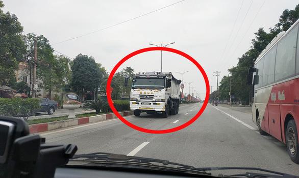Tước bằng lái người chạy xe tải ngược chiều trên quốc lộ 1 - Ảnh 1.