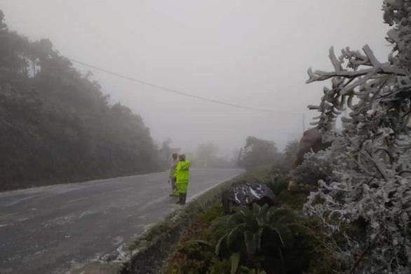 Cục Cảnh sát giao thông khuyến cáo: Cẩn trọng lái xe khi sương mù, băng giá - Ảnh 1.