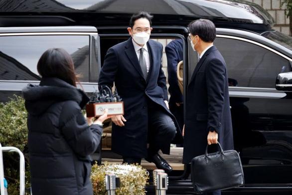 Thái tử Samsung Lee Jae Yong bị phạt 30 tháng tù tội hối lộ, bắt ngay tại tòa - Ảnh 1.