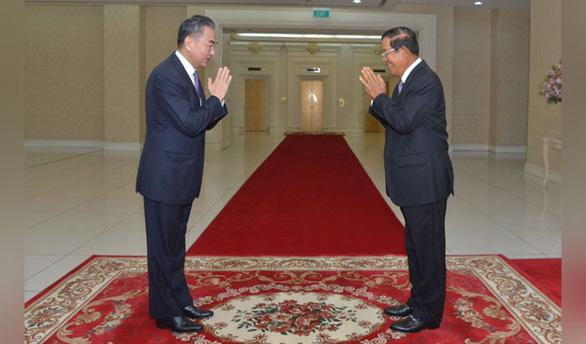Ông Hun Sen xung phong tiêm vắc xin Trung Quốc đầu tiên - Ảnh 1.