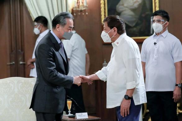 Tới Philippines, ngoại trưởng Trung Quốc giở chiêu bài gác tranh chấp, cùng khai thác - Ảnh 1.