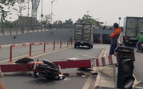 Xe tải kéo sập thanh giới hạn chiều cao đè xe máy người đi đường - Ảnh 2.