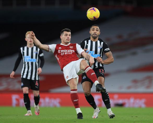 Bỏ lỡ khó tin trước khung thành trống, Aubameyang vẫn lập cú đúp đánh bại Newcastle - Ảnh 2.