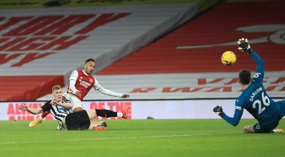 Bỏ lỡ khó tin trước khung thành trống, Aubameyang vẫn lập cú đúp đánh bại Newcastle - Ảnh 3.