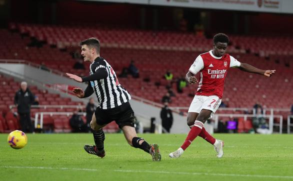 Bỏ lỡ khó tin trước khung thành trống, Aubameyang vẫn lập cú đúp đánh bại Newcastle - Ảnh 5.
