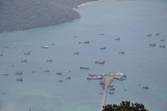 Tàu cá Bến Tre chìm ở Côn Đảo, 7 ngư dân được cứu sống, 7 người còn mất tích - Ảnh 1.