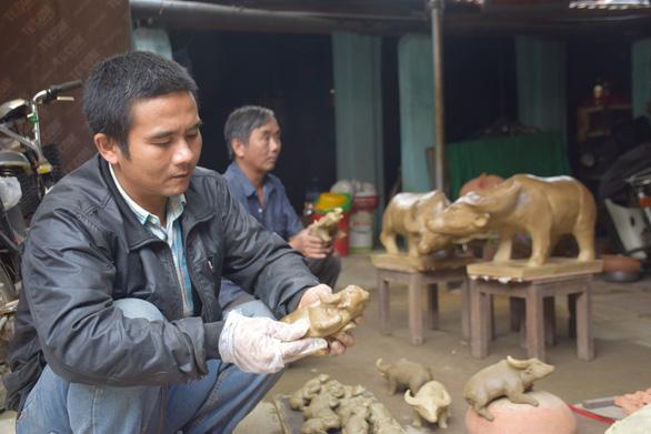 Về làng gốm hàng trăm tuổi xem nghệ nhân nhào nặn linh vật trâu tết - Ảnh 3.