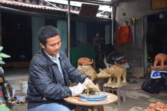 Về làng gốm hàng trăm tuổi xem nghệ nhân nhào nặn linh vật trâu tết - Ảnh 4.
