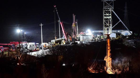 مسابقه چینی ها برای نجات 12 معدنچی به مدت 9 روز ، در زیر زمین قفل شده - عکس 1.