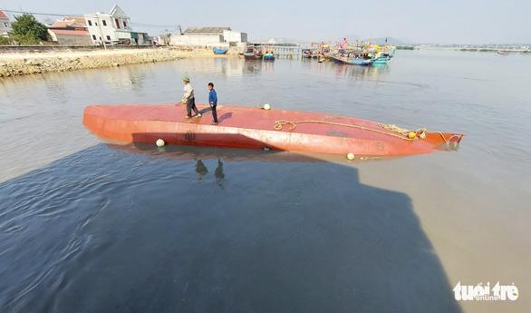 Khẩn trương trục vớt tàu chở dầu chìm gần cảng cá ở Nghệ An - Ảnh 4.