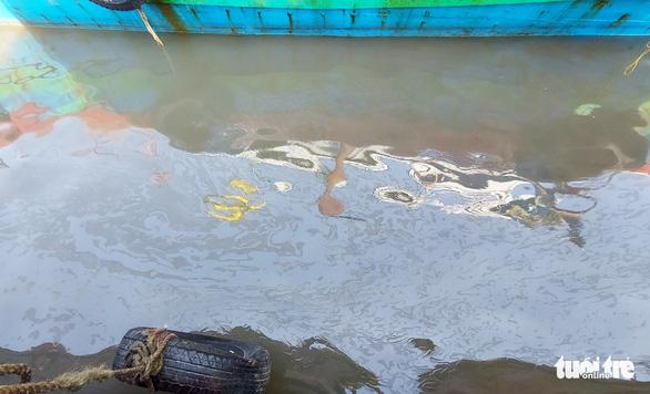 Khẩn trương trục vớt tàu chở dầu chìm gần cảng cá ở Nghệ An - Ảnh 5.