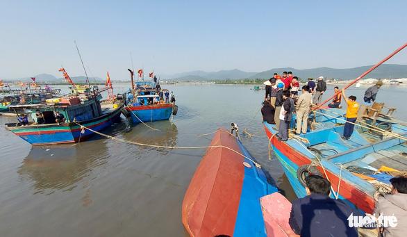 Khẩn trương trục vớt tàu chở dầu chìm gần cảng cá ở Nghệ An - Ảnh 3.