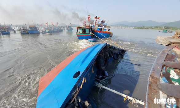 Khẩn trương trục vớt tàu chở dầu chìm gần cảng cá ở Nghệ An - Ảnh 2.