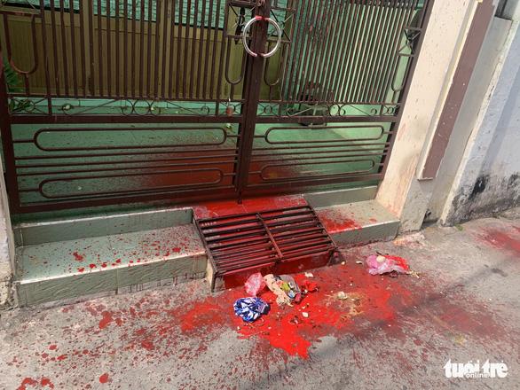 Một nhà dân liên tục bị nhóm người lạ khủng bố bằng sơn đỏ, hột vịt thối - Ảnh 2.