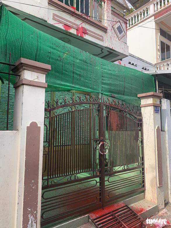 Một nhà dân liên tục bị nhóm người lạ khủng bố bằng sơn đỏ, hột vịt thối - Ảnh 1.