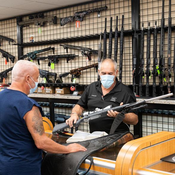 Dân Mỹ ồ ạt mua súng trước khi ông Biden nhậm chức - Ảnh 1.
