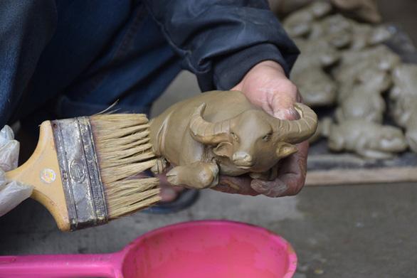 Về làng gốm hàng trăm tuổi xem nghệ nhân nhào nặn linh vật trâu tết - Ảnh 5.