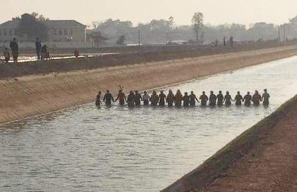 20 người nắm tay dàn hàng ngang trên kênh lạnh buốt rà từng mét nước tìm bé trai 9 tuổi - Ảnh 1.