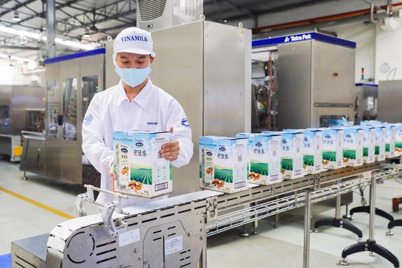 Vinamilk mở hàng xuất khẩu 10 container sữa sang Trung Quốc - Ảnh 1.